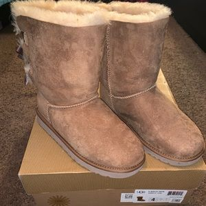 Girls Bailey Bow Uggs Size 4